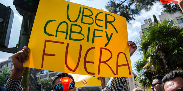 Un taxista protesta en Madrid contra Uber y Cabify. Marcos del Mazo/LightRocket/Getty Images