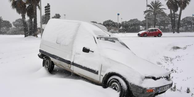 Une voiture sous la neige à Palavas