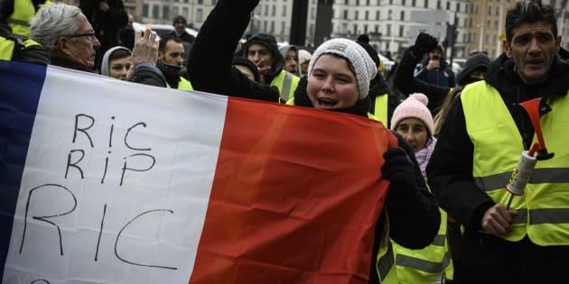 Le Ric, référendum d'initiative citoyenne, est toujours une revendication majeure des gilets jaunes, comme le montre cette photo prise le 15 décembre à Lyon.