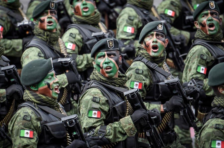 Miembros de la Marina y soldados marchan en la CDMX, 2016. Foto: Carlos Tischler/SOPA Images/LightRocket via Getty Images
