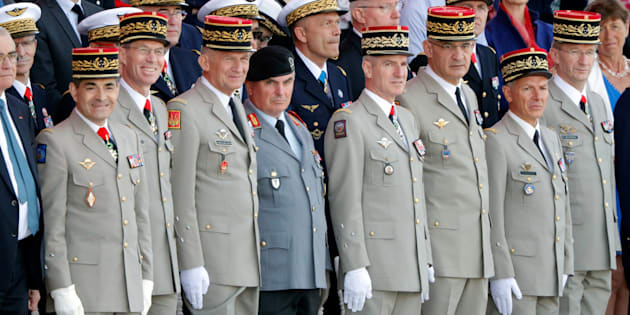 Le rangs des officiers à la tribune du défilé du 14 juillet sur les Champs-Elysées.