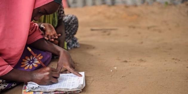 Una niña somalí desplazada asiste aprende el alfabeto y los primeros números en una escuela improvisada en el campamento de Badbado (Mogadiscio), el pasado junio.