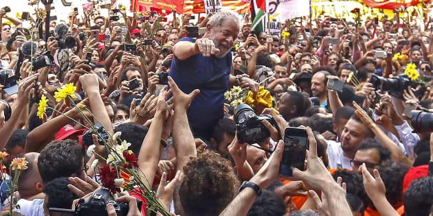 Líder nas pesquisas de intenção de votos, Lula foi ovacionado por militantes antes de se entregar à Polícia Federal.