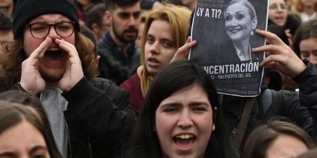 Un grupo de estudiantes protestan por el escándalo Cifuentes en la Universidad Rey Juan Carlos de Madrid.