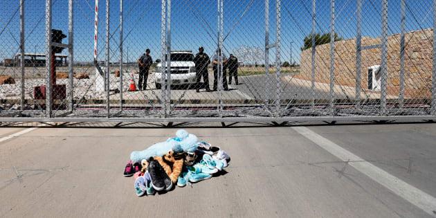 (Photo: des chaussures et des jouets laissés devant les portes d'un centre de détention à Tornillo, au Texas, où se trouvent des enfants migrants séparés de leurs parents, jeudi 21 juin 2018)