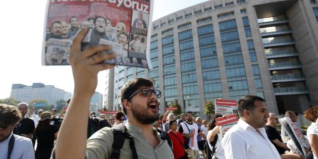 Un hombre muestra un ejemplar del 'Cumhuriyet' durante una concentración delante del Palacio de Justicia de Estambul, el pasado lunes.