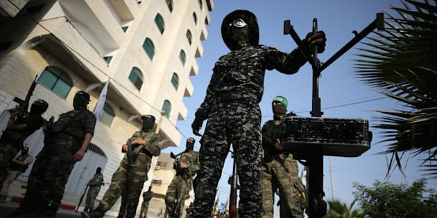 Combatientes de la Brigada Al Qassam de Ezz-Al Din, brazo armado de Hamás, durante una protesta en Gaza por la crisis de la Explanada de las Mezquitas de Jerusalén.
