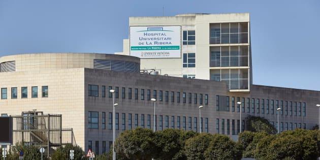 Vista general del Hospital de Alzira que desde ayer, 1 de abril, ha pasado a ser de gestión pública