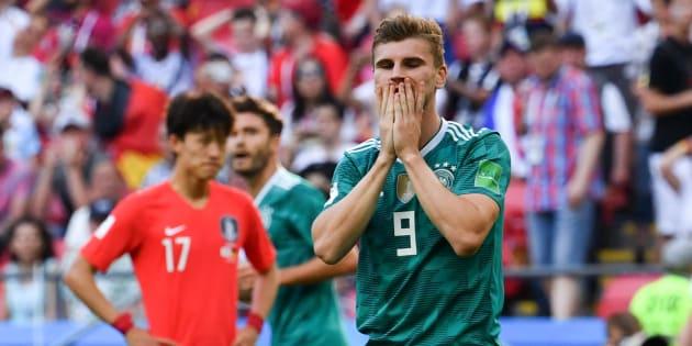 Atacante da Alemanha não acredita no que aconteceu nesta quarta: campeã mundial de 2014 está eliminada na primeira fase.
