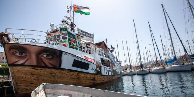 El 'Al Awda',  uno de los barcos de la expedición, atracado en el puerto de Palermo, antes de su partida.