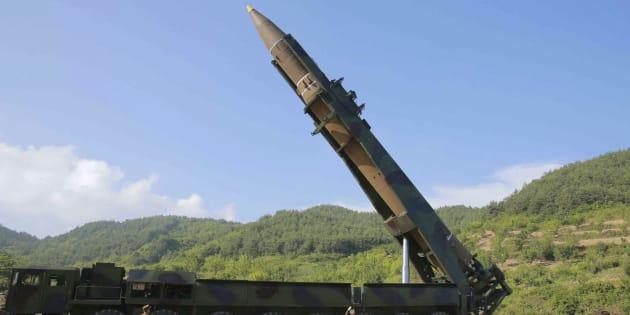 Fotografía fechada el 4 de julio de 2017 y cedida hoy, 28 de julio, que muestra el misil balístico intercontinental, Hwasong-14, en Corea del Norte.