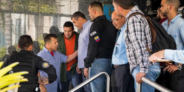 Funcionarios policiales detienen al exministro venezolano de Interior Miguel Rodríguez Torres.