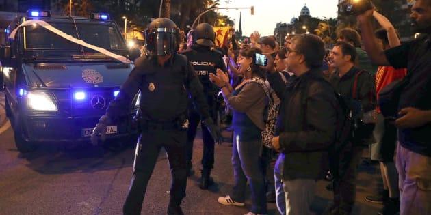 Efectivos de la la Policia Nacional abandonan las inmediaciones de la sede de la CUP en Barcelona ante los simpatizantes que trataban de impedir un posible registro, el pasado miércoles.