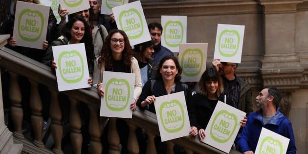 La alcaldesa de Barcelona, Ada Colau (centro), junto a sus edites y representantes de salas de ocio y festivales durante la presentación del protocolo.
