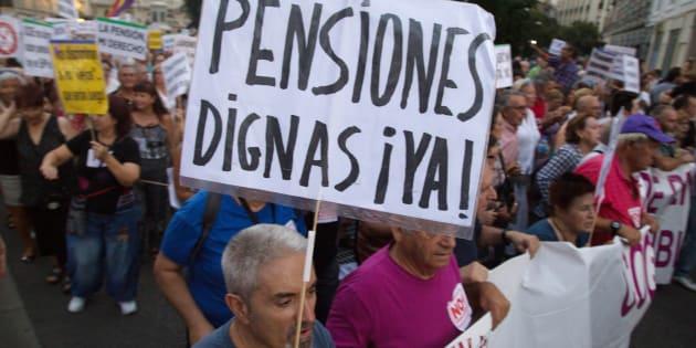 Un grupo de pensionistas se manifiestan en las calles de Madrid a favor de las pensiones dignas.