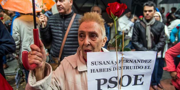 Militantes a la salida de Ferraz pidiendo que el PSOE mantuviera el voto contrario a la investidura de Rajoy