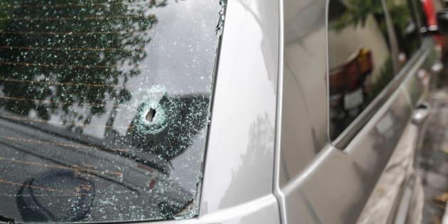 Detalle de uno de los dos tiros que impactaron en el coche de la turista y su grupo.