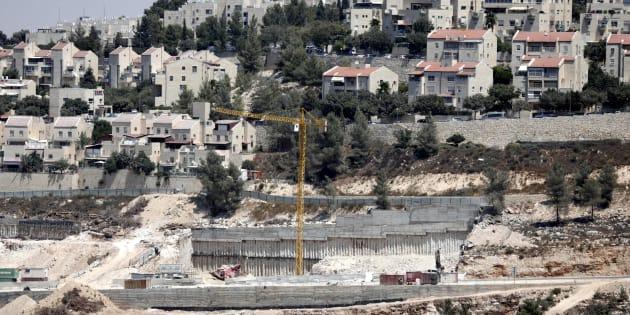 Varias excavadoras trabajan a las afueras del pueblo de Walajeh, cerca de Belén (Palestina), junto a un asentamiento, este viernes.