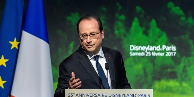 """Hollande veut envoyer """"un billet spécial"""" de Disneyland à """"un Américain""""... mais de qui parle-t-il?"""