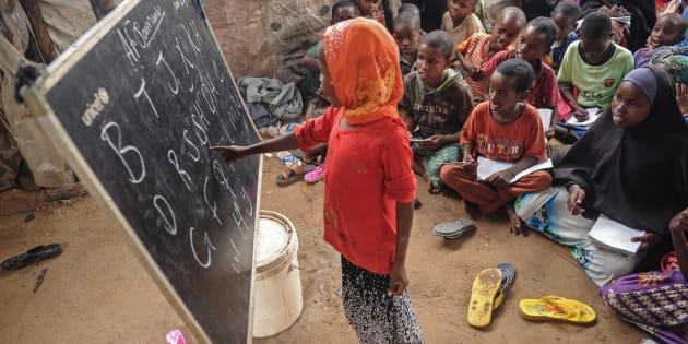 Una niña somalí, desplazada en un campo de Mogadiscio, durante una clase.