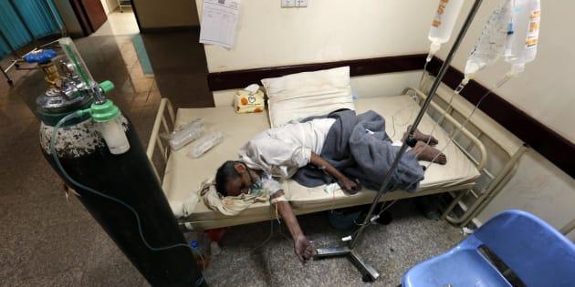 Un hombre afectado de cólera, en un hospital de la capital yemení.