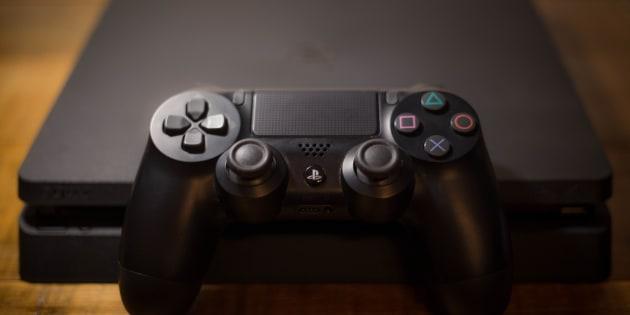La Playstation 4 possède une manette DualShock 4 munie d'un pavé tactile noir au centre.