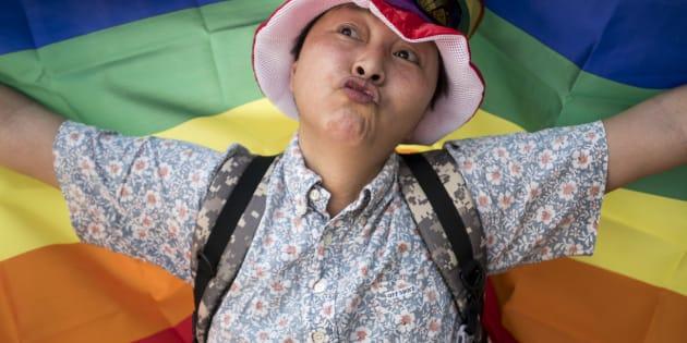 Un hombre participa en la marcha del orgullo gay el 6 de mayo de 2018 en Tokio.