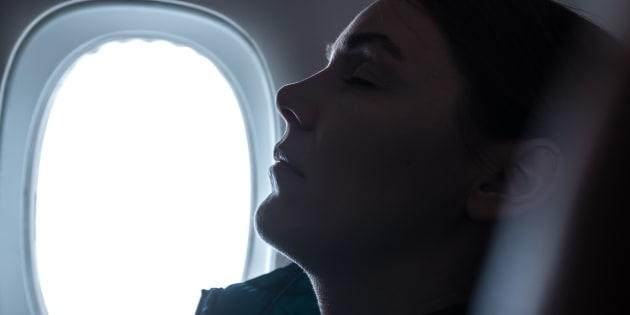 Si addormenta in aereo, al risveglio scopre che un uomo le a