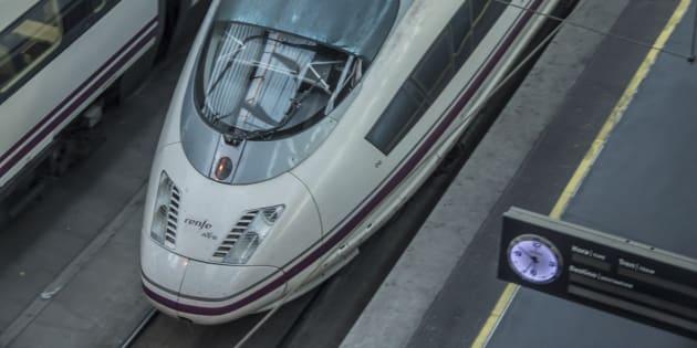 Un tren AVE de Renfe en la estación de Atocha.
