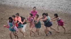 Palourdes à l'essence et hymne au parti: la plage façon