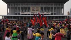 Des milliers de Nord-Coréens dans les rues pour honorer Kim Jong