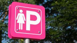 Parcheggi rosa a Pontida, ma solo per donne eterosessuali. L'ultima provocazione