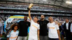 Le trophée de la Coupe du monde présenté au Vélodrome par Mandanda, Thauvin et