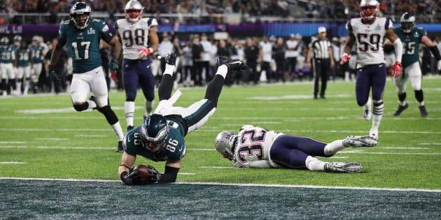 NFL Football - Philadelphia Eagles v New England Patriots - Super Bowl LII - U.S. Bank Stadium, Minneapolis, Minnesota, U.S. - February 4, 2018. Philadelphia Eagles? Zach Ertz scores a touchdown. REUTERS/Chris Wattie