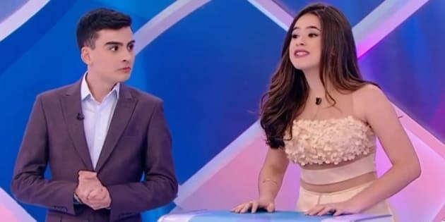 A atriz Maísa se incomoda com a insistência de Sílvio Santos para que haja uma aproximação entre ela e Dudu Camargo.