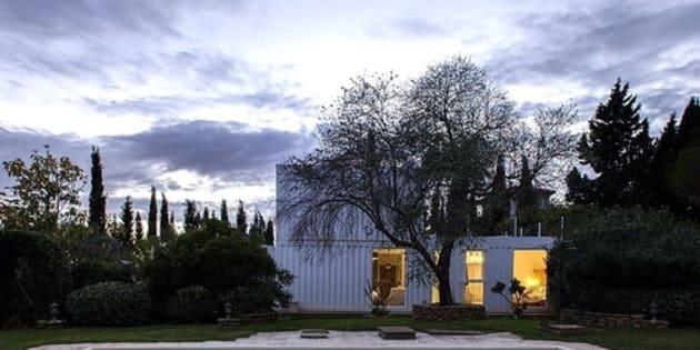 Une maison construite avec des containers