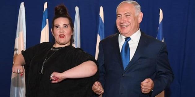 Netta Barzilai y Benjamín Netanyahu, bailando anoche en Jerusalén.