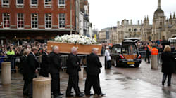 Londra dà l'ultimo saluto a Stephen Hawking. La bara coperta di gigli e rose bianchi, a rappresentare l'universo e la stella