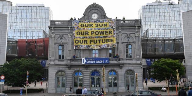 Un grupo de activistas de Greenpeace cuelga un cartel frente al Parlamento Europeo durante la ronda de negociaciones de la directiva de energías renovables en mayo.