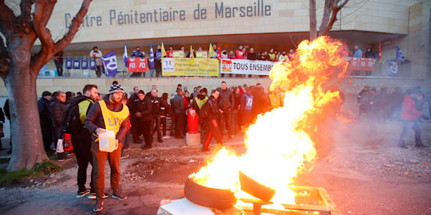 Des surveillants de prison bloquent les Baumettes à Marseille, le 22 janvier.