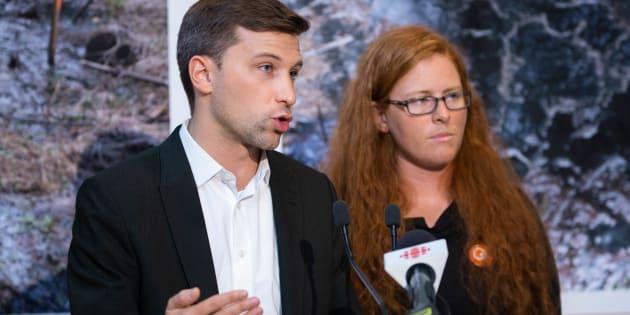 Gabriel Nadeau-Dubois accompagné de la candidate dans la circonscription de Bonaventure, Catherine Cyr-Wright.