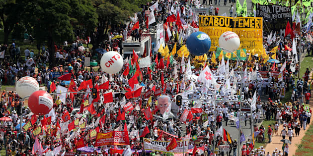 Manifestantes se reúnem em Brasília para pedir saída do presidente Michel Temer.