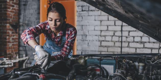 Ne pensez jamais qu'une femme n'est pas capable de réparer une voiture.