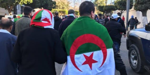 Un homme et une femme vêtus du drapeau algérien lors des manifestations contre un 5e mandat de Abdelaziz Bouteflika, le 22 février 2019 à Alger.