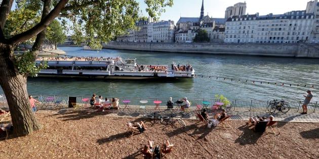 """Des vacanciers à """"Paris Plages"""" le 4 août, alors que la capitale est en vigilance orange à la canicule"""