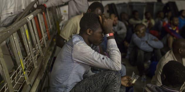 """""""Tu ne sais pas pourquoi: ils tirent"""": le témoignage poignant d'un migrant guinéen passé par la Libye"""