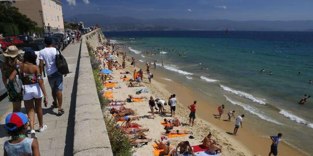 Des touristes sur la plage de Saint-François dans le centre d'Ajaccio, le 27 juillet.