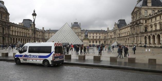 Devant le Louvre, le 4 février 2017.