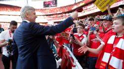 Wenger offre sa cravate à un jeune fan pour sa dernière à l'Emirates