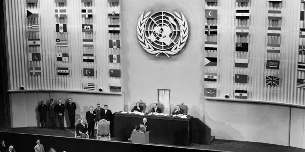 Le président du Conseil Vincent Auriol prononce le discours d'ouverture de la troisième assemblée des Nations Unies le 22 septembre 1948, au Palais de Chaillot, à Paris. L'Assemblée générale de l'ONU s'est ouverte le 21 septembre 1948 et s'est achevée le 10 décembre après avoir adopté à l'unanimité, mais avec l'abstention du bloc soviétique, la Déclaration universelle des Droits de l'homme.